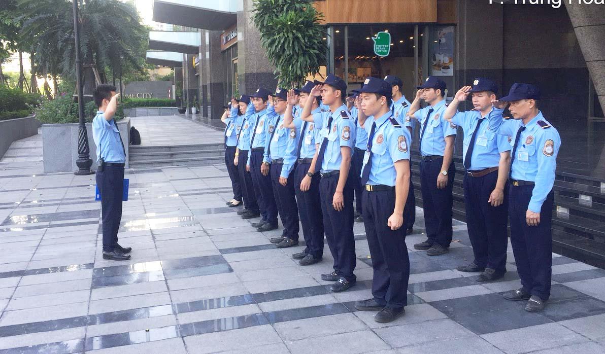 Những nhân viên từ dịch vụ bảo vệ chuyên nghiệp
